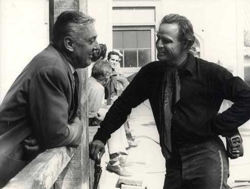 49 مارلون براندو، هنگام کارگردانی فیلمش « سربازهای یک چشم »، با ژاک تاتیِ نابغه، کمی گپ می زند