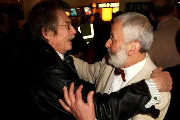 جان هارت و مایک لی در حال خوش و بش