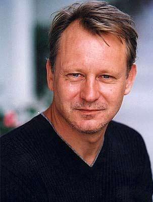 استلان اسکارسگارد، 11 بار در فیلم ها جان سپرده است. که آخرین مرگش مربوط می شود به « ملانکولیا » ی فن تریر که با پسرش الکساندر همبازی بود. البته در آن فیلم، آخرش همه می میرند!