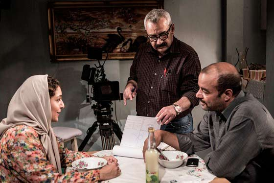 فرزاد موتمن پشت صحنه ی فیلمِ جدیدِ خوبش « خداحافظی طولانی »؛ از نظرِ من، هر چند آقای موتمن یکی از بهترین کارگردانانِ سینمای ایران است، در عینِ حال بدقولترین آدمِ ایران هم هست! برای آخرین دیدارمان هشت کیلویی وزن کم کردم.