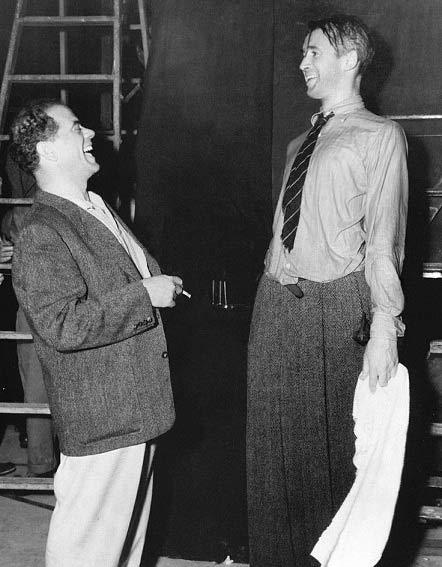 فرانک کاپرا و جیمز استوارت در چه زندگی شگفت انگیزی. آنها با لبخندشان هم زندگی میبخشند.