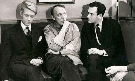 جیمز فاکس (چپ)، جوزف لوزی (وسط) و هارولد پینتر (طبیعتاً راست!) در پیشخدمت که براساس نمایشنامهی معروف پینتر ساخته شد.