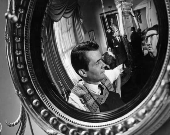 درک بوگارد، لوزی و فاکس در آینهی معروف همان فیلم.