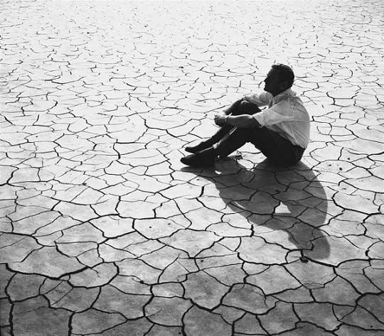 دیوید لین بزرگ تنها میان صحرای ترکخوردهی لورنس عربستان. عکس بینظیریست.