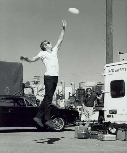 استیو مککویین در حال بازی فریزبی. وقت استراحت.
