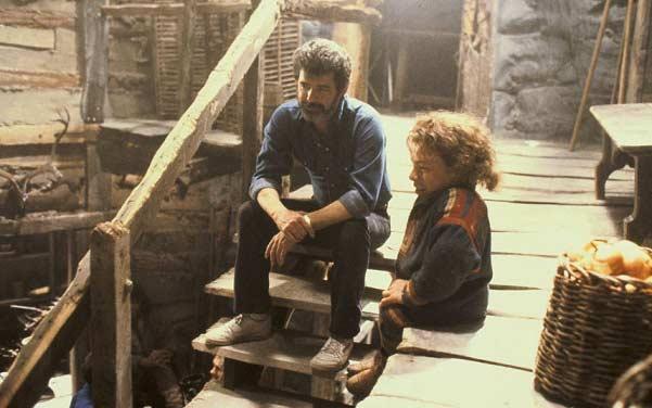 جورج لوکاس به عنوان نویسندهی  Willow در پشت صحنهی فیلم ران هاوارد. به همراه بازیگرش وارویک دیویس.