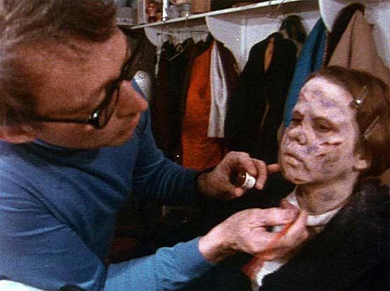 لیندا بلر در حال گریم برای ترسناکترین موجود تاریخ سینما؛ جنگیر.