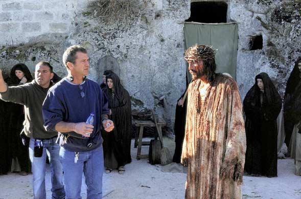 گیبسون در کنار مسیحش جیمز کاویزل.
