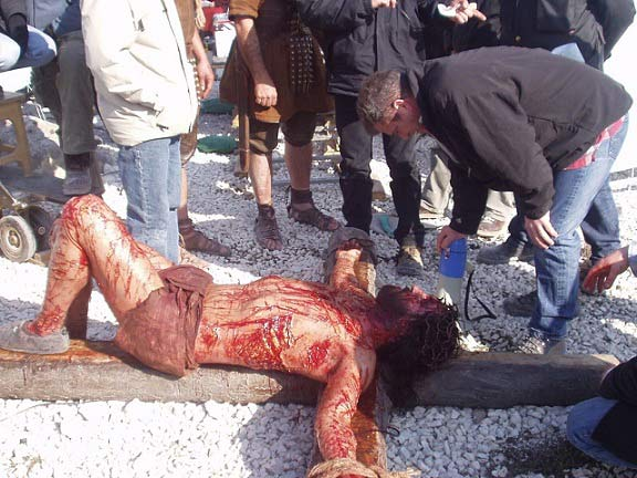 گیبسون مسیح را به صلیب میکشد.