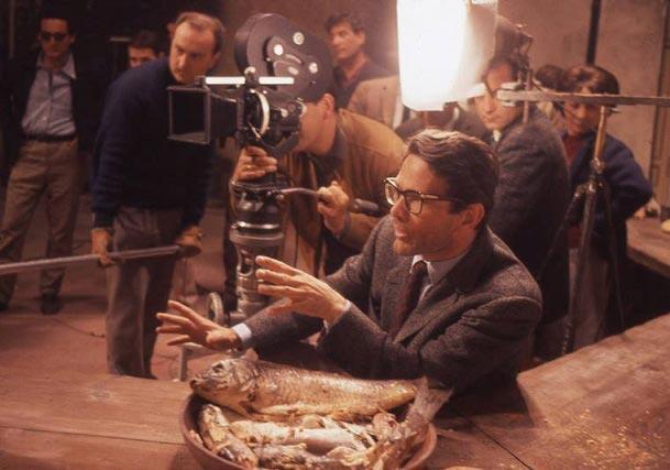 پازولینی پشت صحنهی یکی از فیلمهایش؛ احتمالاً سالو.
