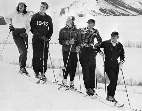 دوستان مشغول اسکی. از راست به چپ: کلارک گیبل، گری کوپر، اینگرید برگمن، جان همینگوی پسر ارنست همینگوی و در نهایت همسر گری کوپر، ورونیکا بالف. بالف و کوپر نزدیک به سی سال با هم زندگی کردند