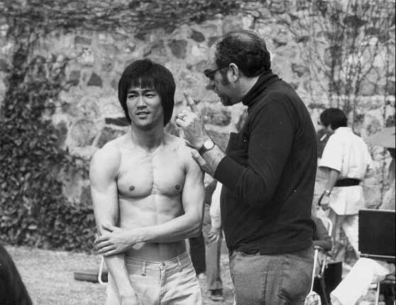 تصویر جالبی از بروس لی پشت صحنهی یکی از فیلمهایش. تهیهکننده مشغول صحبت با اوست