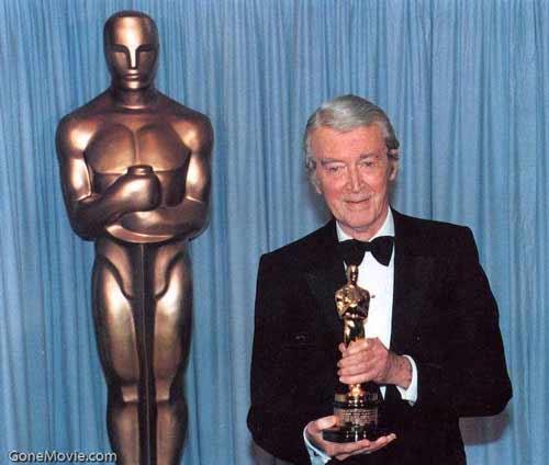 او را میشناسید؟ او جیمی دوستداشتنیست. یکی از مردان مورد علاقهی من. جیمز استوارت گرامی و محترم که اینجا در هنگامهی پیری، سال 1985 اسکار افتخاری برای یک عمر فعالیت هنری را به دست میآورد. البته تا پیش از این او 5 بار نامزد دریافت اسکار شده بود که برای داستان فیلادلفیا به سال 1941 این جایزه را گرفته بود