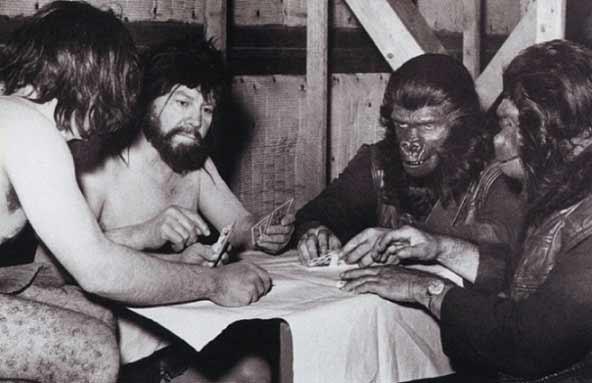میمونها مشغول پوکر. پشت صحنهی فیلم کالت سیارهی میمونها ساختهی فرانکلین جی شافنر به سال 1968