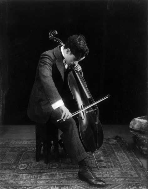 چارلی چاپلین بزرگ مشغول ویولنسل زدن به سال 1915. غالباً او را به عنوان بازیگر و نویسنده و کارگردان میشناسیم اما او آهنگساز قهاری هم بود. او اسکار بهترین موسیقی متن را برای فیلمش روشناییهای صحنه به سال 1973 دریافت کرده بود