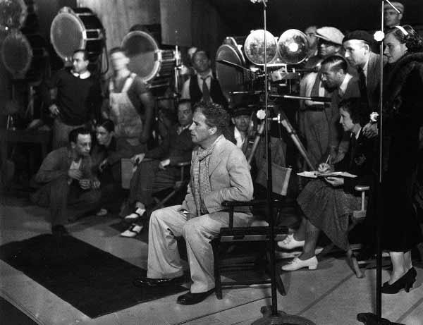 حالا نابغهی بزرگ، مشغول هدایت بازیگران در شاهکارش عصر جدید. سال 1936