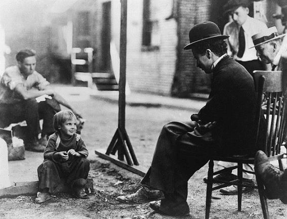 چاپلین و جکی گوکان ششساله در پسربچه. هنوز هم برایم معمای بزرگیست که چاپلین چطور از این بچه بازی گرفت