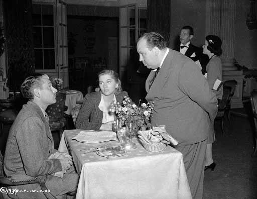 هیچکاک جوان اما همچنان چاق دارد لارنس اولوویه و جون فونتین را کارگردانی میکند. ربکا سال 1940