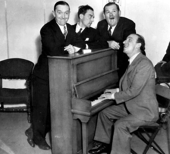 یک عکس فوقالعاده از سه غول کمدی کلاسیک، لورل و هاردی به همراه باستر کیتون مشغول آواز خواندن