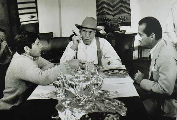 اینجا به همراه جک نیکلسون و جان هیوستون پشت صحنهی محلهی چینیها