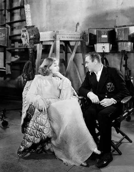 گرتا گاربو و جان باریمور بزرگ پشت صحنهی گراند هتل ساختهی ادموند گولدینگ محصول 1932. جان باریمور بزرگ، پدربزرگ درو باریمور، بازیگر این سالهای سینمای آمریکاست.