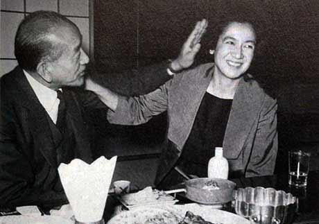 اینجا باز هم ازو و هارا با هم هستند. در ضیافت شام. ستسوکو هارا در مهمترین فیلمهای ازو بازی کرد و یار همیشگی او بود. او آنقدر به کار با ازو علاقه داشت که بعد از مرگ ازو، در سال 1963، دیگر هیچوقت در هیچ فیلمی بازی نکرد، به خلوت خود رفت و تا پایان عمر در تنهایی زندگی کرد. او هیچوقت مانند ازو ازدواج نکرد و به همین دلیل به او لقب «باکرهی ابدی» داده بودند. باز هم عکس بعدی را ببینید ...