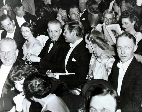 شب افتتاحیهی بربادرفته. اینجا گیبل و لمبارد هستند و آن سوتر، کنار گیبل، جان مارش نشسته، همسر مارگارت میچل، نویسندهی رمان بربادرفته. و کنار مارش هم خودِ میچل نشسته است. عکس جالبیست